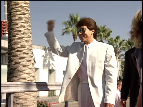 jackie chan arriving and waving on the 1998 mtv video music awards red carpet - mtv1 stock-videos und b-roll-filmmaterial
