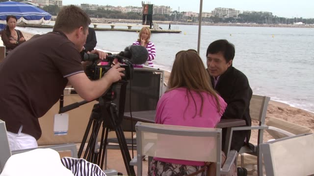 vídeos de stock e filmes b-roll de jackie chan at the cannes - wushu interview with jackie chan in cannes on may 19, 2008. - jackie chan