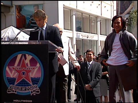 vídeos de stock e filmes b-roll de jackie chan at the dediction of jackie chan's walk of fame star at the hollywood walk of fame in hollywood, california on october 4, 2002. - jackie chan