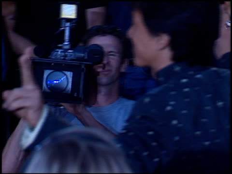 vidéos et rushes de jackie chan at the 'rush hour 2' premiere at grauman's chinese theatre in hollywood, california on july 26, 2001. - rush hour
