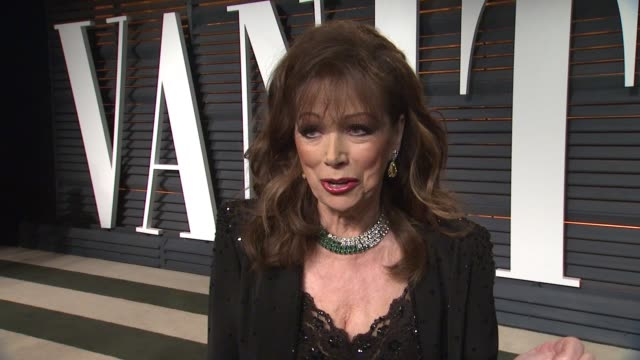 vídeos y material grabado en eventos de stock de interview jackie collins at the 2015 vanity fair oscar party hosted by graydon carter at wallis annenberg center for the performing arts on february... - vanity fair oscar party