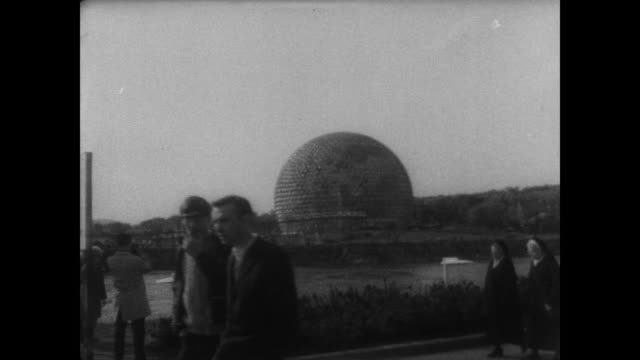 jackie kennedy surrounded by entourage and press as she walks through expo 67 / int us pavilion / us marines and fair attendees follow her around... - jackie kennedy stock-videos und b-roll-filmmaterial