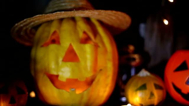 vídeos de stock, filmes e b-roll de jack-o-lanterna sobre um fundo escuro - halloween background