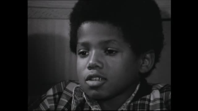 "jackson five at record company event in wellington in 1973 and being presented with gold disc for song ""i saw mommy kissing santa claus"" - マイケル・ジャクソン点の映像素材/bロール"