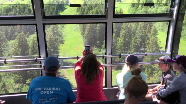 jackson hole aerial tram is located in jackson hole, wyoming and has become an iconic symbol of the town. located at jackson hole mountain resort, it... - grand teton stock-videos und b-roll-filmmaterial