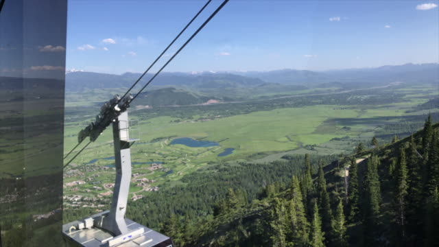 vídeos de stock, filmes e b-roll de jackson hole aerial tram is located in jackson hole wyoming and has become an iconic symbol of the town located at jackson hole mountain resort it... - grand teton