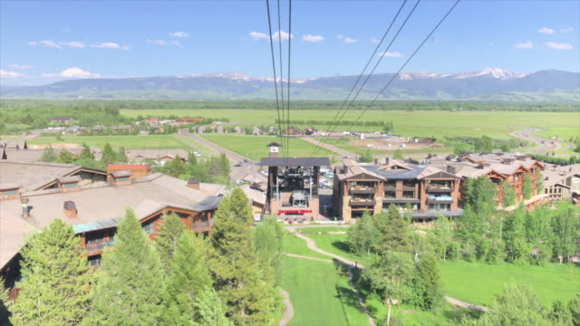 jackson hole aerial tram is located in jackson hole, wyoming and has become an iconic symbol of the town. located at jackson hole mountain resort, it... - jackson hole stock-videos und b-roll-filmmaterial