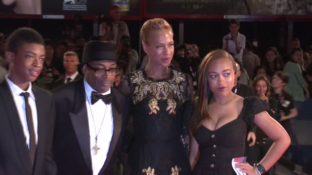 vídeos de stock e filmes b-roll de jackson lee, spike lee, tonya lewis lee, satchel lee at bad 25 premiere: 69th venice film festival on august 31, 2012 in venice, italy - mala de ombro