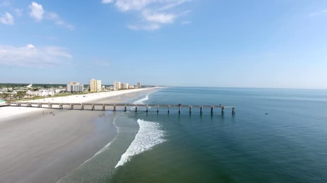 jacksonville beach and pier on clear sunny day - jacksonville florida video stock e b–roll