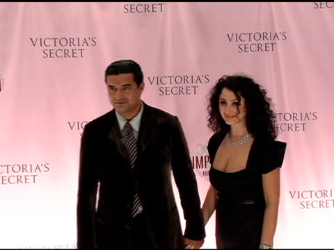 jacob the jeweler arabou and guest at the 10th victoria's secret fashion show arrivals at the armory in new york new york on november 9 2005 - waffenlager stock-videos und b-roll-filmmaterial