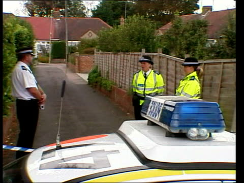 andrew wragg admits manslaughter; file / tx 27.7.04 worthing: gvs wragg family home with police outside file / tx 27.7.04 lewes: andrew wragg lead... - worthing点の映像素材/bロール