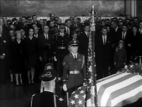 jacqueline + caroline kennedy approach john kennedy's coffin + kneel down / newsreel - witwe stock-videos und b-roll-filmmaterial