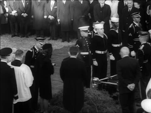 jacqueline, robert + edward kennedy lighting eternal flame at jfk's burial - witwe stock-videos und b-roll-filmmaterial