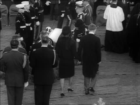 stockvideo's en b-roll-footage met jacqueline robert kennedy walking away from jfk's coffin at burial - jacqueline kennedy