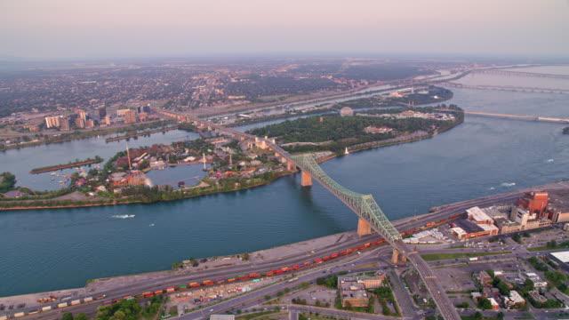aerial jacques cartier bridge über die saint helen es island in montreal, kanada - sankt lorenz strom stock-videos und b-roll-filmmaterial
