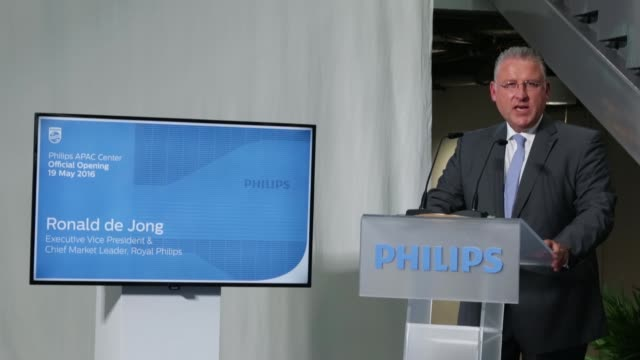 vídeos de stock, filmes e b-roll de jacques werner far right ambassador of the netherlands to singapore fabian wong far left chief executive officer of asean pacific at royal philips... - cortando fita