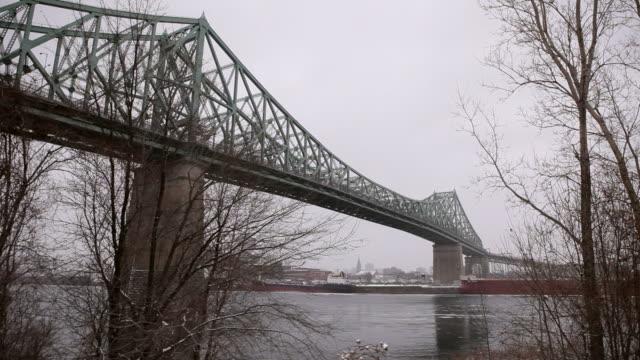 jacques-cartier bridge viewed from under - kantilever bildbanksvideor och videomaterial från bakom kulisserna