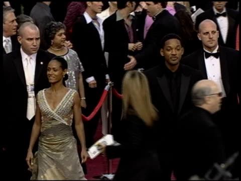 vidéos et rushes de jada pinkett at the 2004 academy awards arrivals at the kodak theatre in hollywood, california on february 29, 2004. - 76e cérémonie des oscars