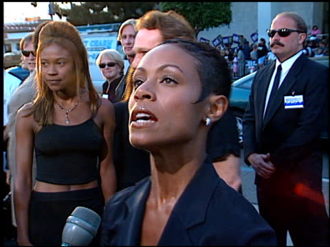 vidéos et rushes de jada pinkett at the 'men in black' premiere at the cinerama dome at arclight cinemas in hollywood, california on june 25, 1997. - 1997