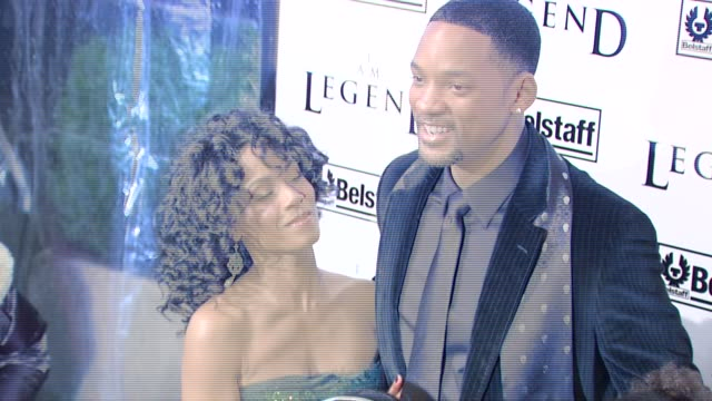 jada pinkett-smith, will smith, willow smith, and jaden smith at the 'i am legend' premiere at madison square garden in new york, new york on... - 俳優 ウィル・スミス点の映像素材/bロール