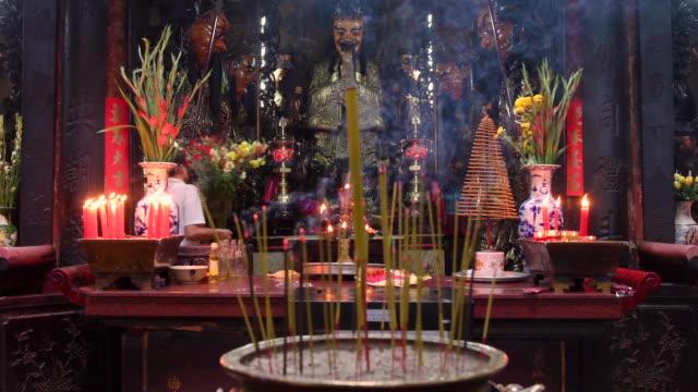 jade emperor pagoda, ho chi minh city, vietnam - räucherwerk stock-videos und b-roll-filmmaterial