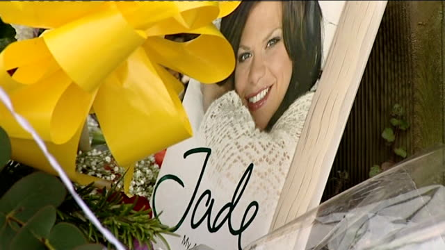 vídeos de stock e filmes b-roll de tributes continue england essex upshire ext flowers left outside jade goody's home jackiey budden looking at flowers tells press she is overwhelmed... - gema semipreciosa