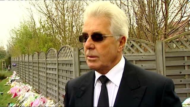 vídeos de stock e filmes b-roll de preparations at her home in essex max clifford interview sot flowers in adundance / i'm told an awful lot of people have turned up in bermondsey to... - jade gema