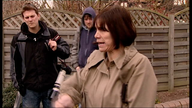 jade goody leaves hospital to return home jackiey budden asking photographers to move back to allow room for ambulance sot ambulance arriving at... - anweisungen geben stock-videos und b-roll-filmmaterial