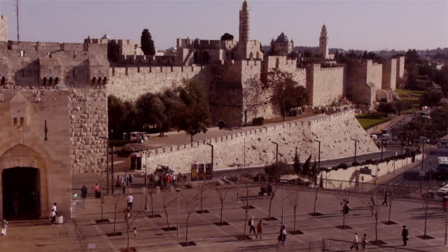 jaffa gate entrance to old city jerusalem seen from the city wall above - cancello video stock e b–roll