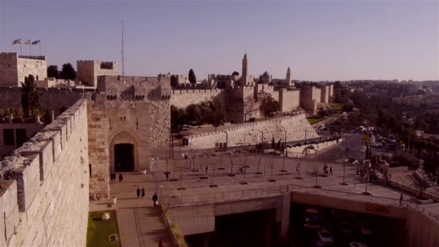 ws jaffa gate entrance to old city jerusalem seen from the city wall above - cancello video stock e b–roll