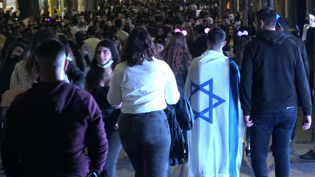 jaffa road packed with israelis as they celebrate independence day on april 15, 2021 in jerusalem, israel. tens of thousands of israelis took to the... - middle eastern ethnicity stock videos & royalty-free footage