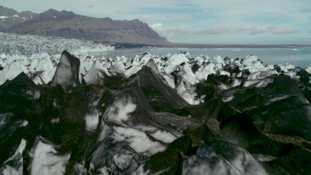 jagged ash-stained glacier - vulkanlandschaft stock-videos und b-roll-filmmaterial