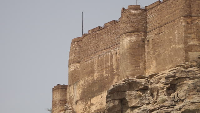 jagged cliff face and mehrangarh fort above - mattone video stock e b–roll