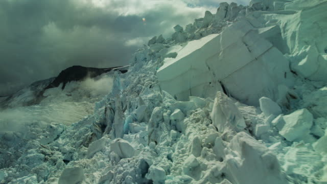 jagged ice cliff - jokulsarlon stock-videos und b-roll-filmmaterial