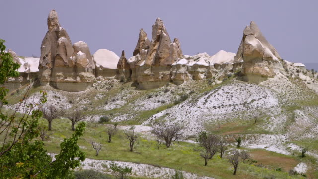 vidéos et rushes de jagged rocky mountains dusted in snow - iran