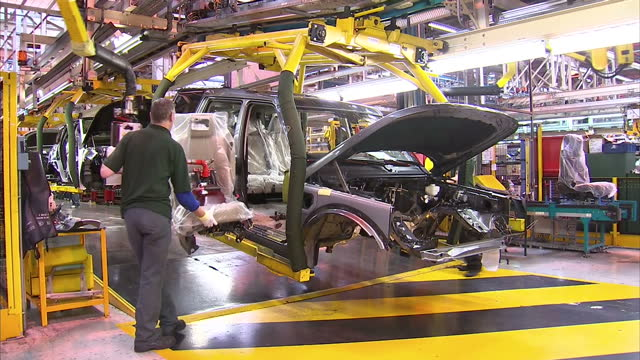 stockvideo's en b-roll-footage met clean jaguar land rover factory in solihull showing factory workers mechanics technicians working on fourth generation range rover l405 suv frames on... - sports utility vehicle