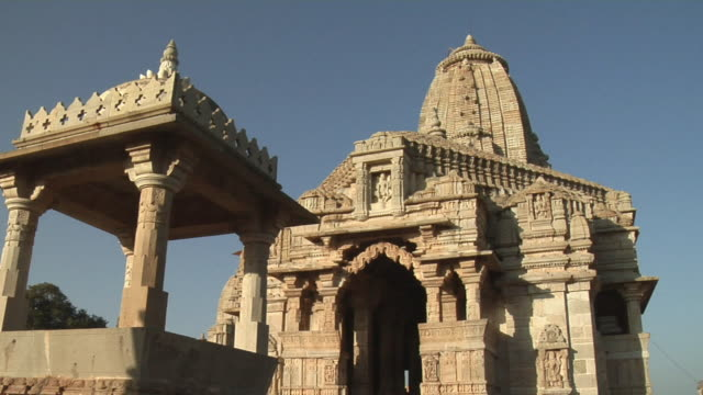 stockvideo's en b-roll-footage met ms jain temple with gazebo in front/ chittorgarh, rajasthan, india - gazebo
