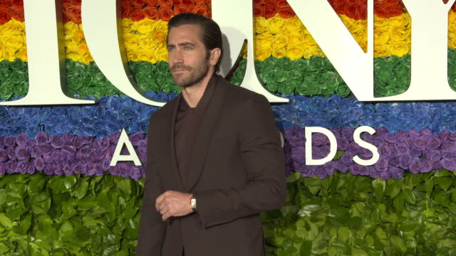 vídeos y material grabado en eventos de stock de jake gyllenhaal and tom sturridge at the 73rd annual tony awards arrivals at radio city music hall on june 09 2019 in new york city - premios tony