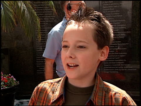 jake thomas at the 'when dinosaurs roamed america' premiere at the los angeles county museum of art in los angeles, california on july 7, 2001. - ロサンゼルスカウンティ美術館点の映像素材/bロール