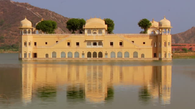 vídeos de stock e filmes b-roll de ws jal mahal floating palace reflecting in lake / jaipur, rajasthan, india - palace