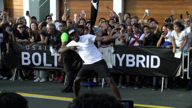 vídeos y material grabado en eventos de stock de jamaican retired sprinter usain bolt races against a motorcycle taxi in lima and easily wins in front of hundreds of spectators - jamaiquino