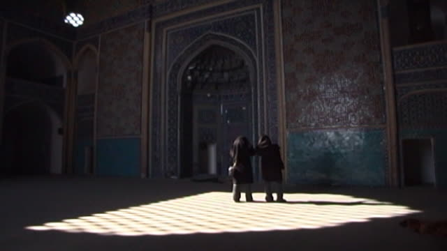 jameh mosque. view of tourists photographing the main prayer niche or mihrab in the 12th century jameh mosque. the mosque is a fine specimen of the... - yazd province stock videos & royalty-free footage