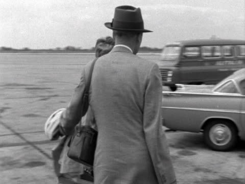 james and gloria stewart board a passegner aircraft at london airport. 1961. - celebrities stock-videos und b-roll-filmmaterial