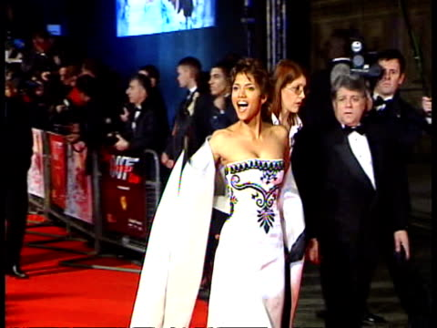 stockvideo's en b-roll-footage met james bond film premiere cf tape no longer available london royal albert hall ms actress halle berry along past as arriving for premiere of james... - première