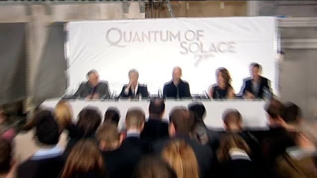 vídeos de stock, filmes e b-roll de james bond film 'quantum of solace' press conference and interviews at pinewood studios dench press conference sot on prickly relationship between m... - james bond trabalho conhecido