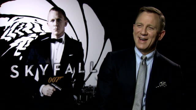 vídeos de stock, filmes e b-roll de james bond film 'skyfall' daniel craig and berenice marlohe interviews england london dorchester hotel int daniel craig interview sot on what he... - daniel craig ator