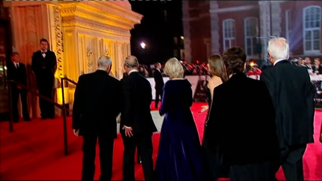 vídeos de stock, filmes e b-roll de james bond 'skyfall' premiere: prince charles arrival; bond car on display as princes charles and camilla past into royal albert hall / charles and... - série de filmes do james bond