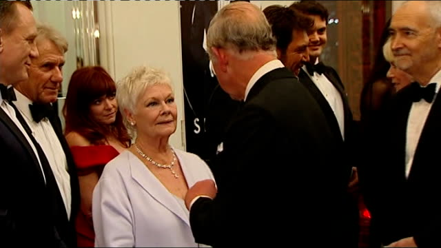 vidéos et rushes de james bond 'skyfall' premiere prince charles arrival charles chatting with ralph fiennes and javier bardem / prince charles greeting dame judi dench... - judi dench