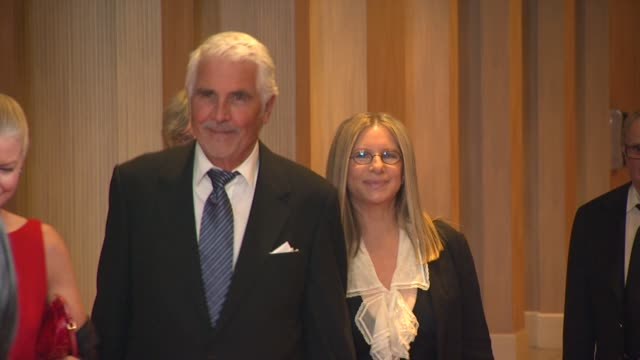 stockvideo's en b-roll-footage met james brolin, barbara streisand at the the cedars-sinai board of governors annual gala at beverly hills ca. - james brolin