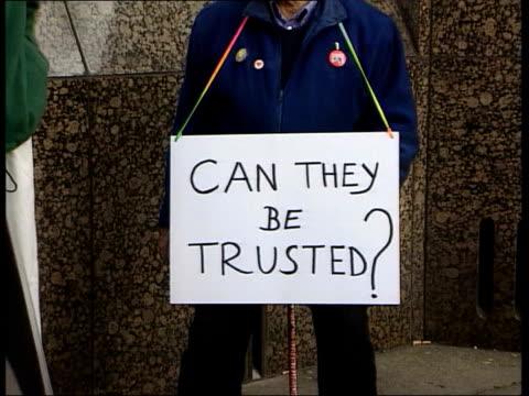 james bulger killers - jon venables faces parole board; england: london: parole board headquarters: ext group of protestors demonstrating against... - ジョン ベナブルズ点の映像素材/bロール